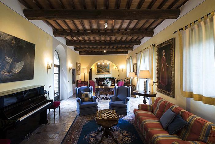Villa Cortile, an elegant villa near Siena, sleeps 18